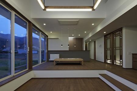 家族の時間が増えるいえの写真 高い天井と広い窓のあるリビング
