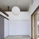 白い壁に調和した和室