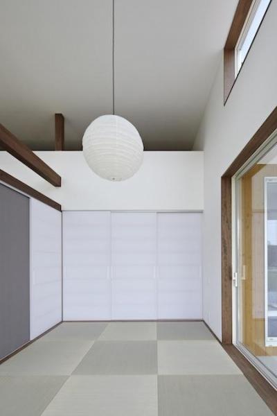 白い壁に調和した和室 (家族の時間が増えるいえ)