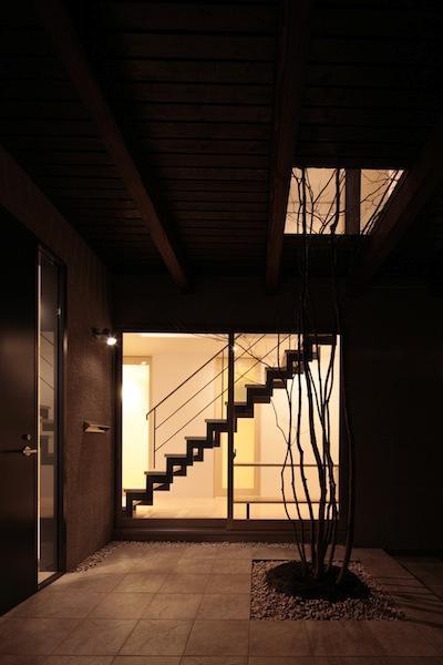家事となかよしになるいえの部屋 灯りの漏れるエントランス