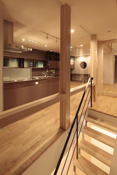 家事となかよしになるいえの写真 階段からキッチンを望む