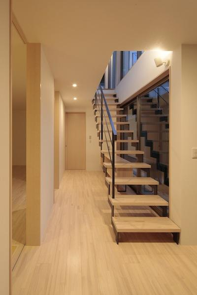 家事となかよしになるいえの部屋 オープン型階段のある明るい廊下