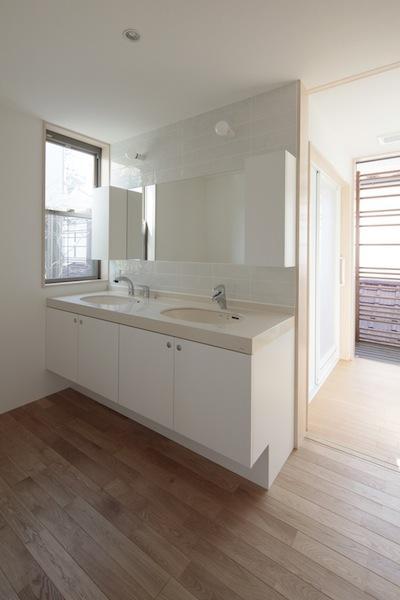 家事となかよしになるいえの部屋 白を貴重とした洗面エリア