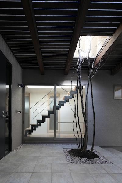 家事となかよしになるいえの部屋 植栽のあるエントランス