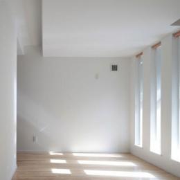 空と友達になるいえ-明かり取り窓が光を与える部屋