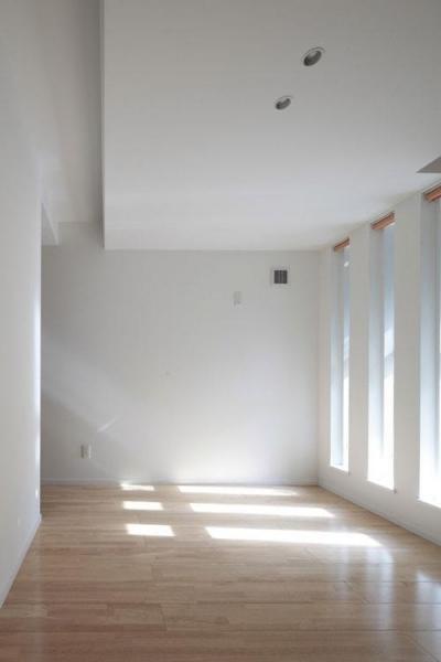 明かり取り窓が光を与える部屋 (空と友達になるいえ)