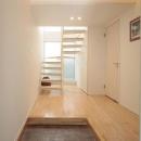 コーブ照明のある明るい玄関と廊下
