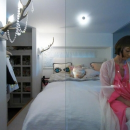 ガラス張りのベッドルーム
