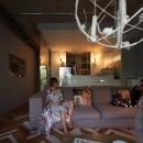 アートと洋服と家具がギャラリーのようにコレクションされている空間