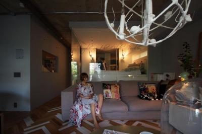 アートと洋服と家具がギャラリーのようにコレクションされている空間 (「あなたらしく。ファッションのように」F邸)