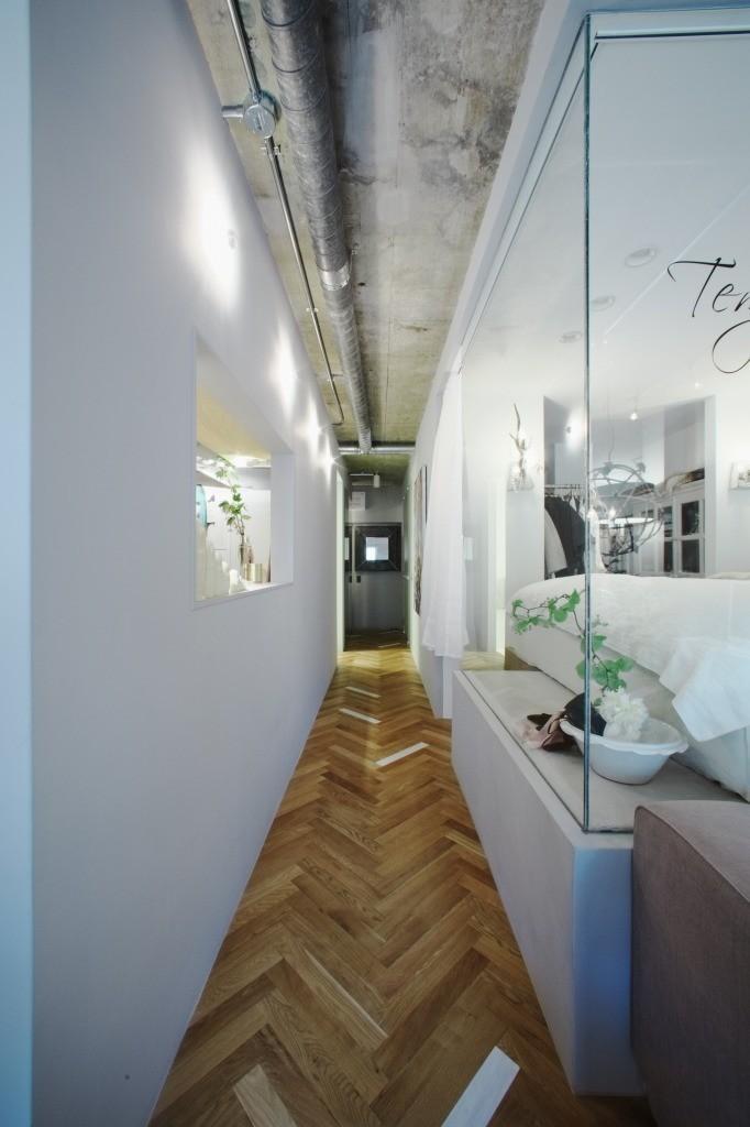 「あなたらしく。ファッションのように」F邸の部屋 廊下とガラス張りのベッドルーム