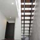 光を取り込むスケルトン階段