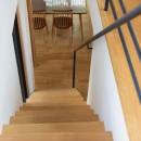 埼玉県北鴻巣の家の写真 階段からダイニングを見下ろす
