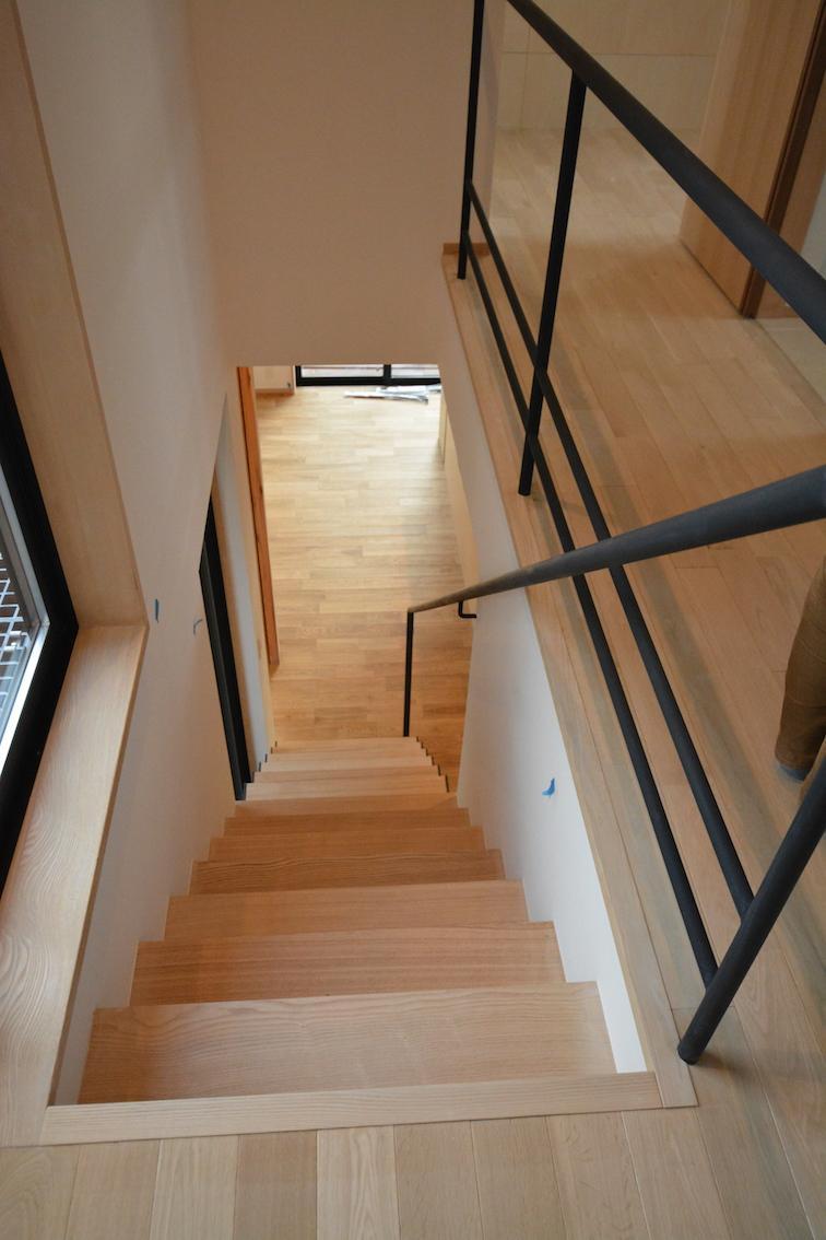 北鴻巣の家の部屋 階段からダイニングを見下ろす