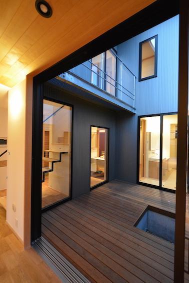 北鴻巣の家の部屋 リビングから中庭を見る