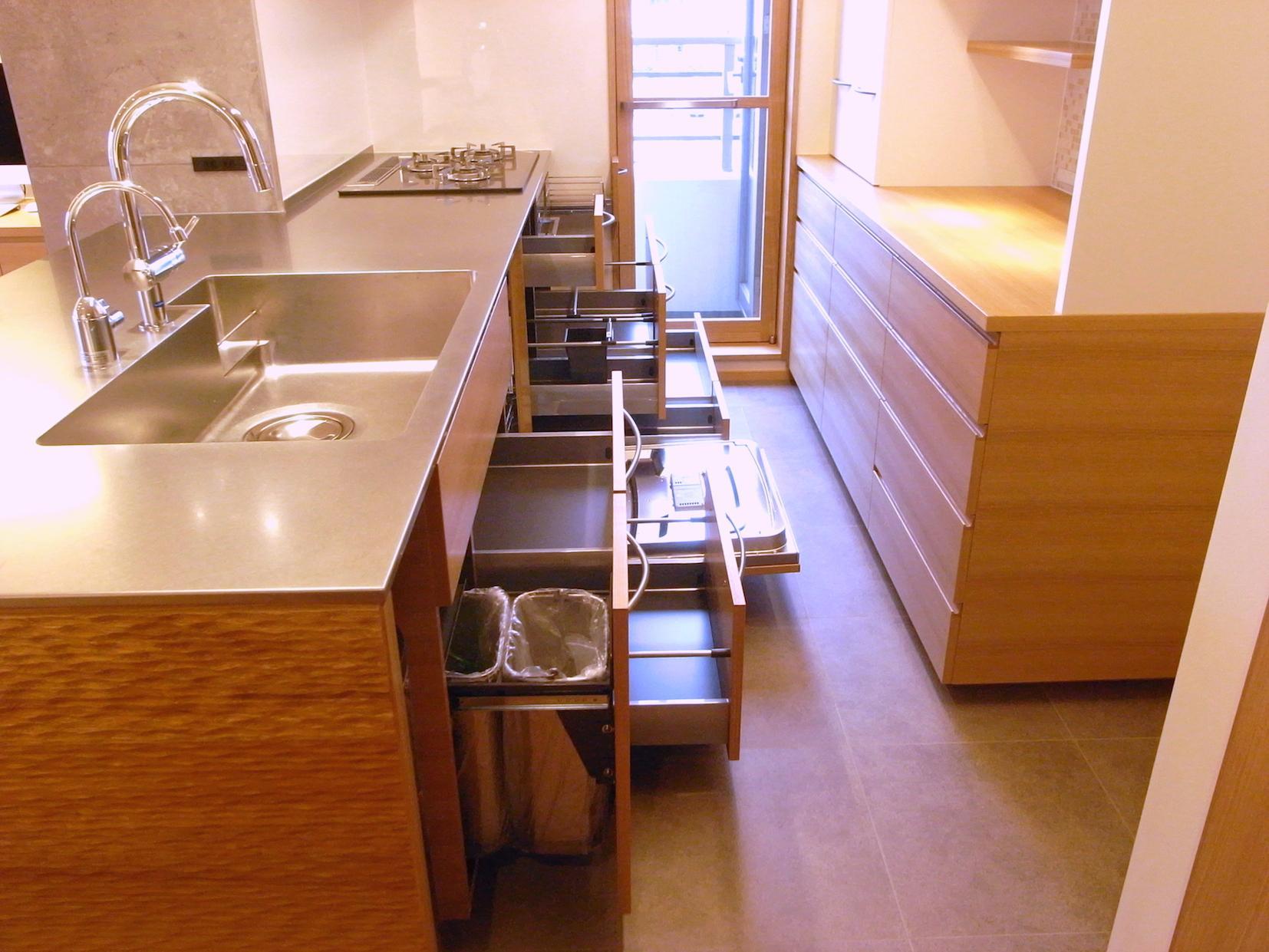 Oさんの大好きなものが集まる大切な場所の部屋 収納豊富なオーダーメイドキッチン