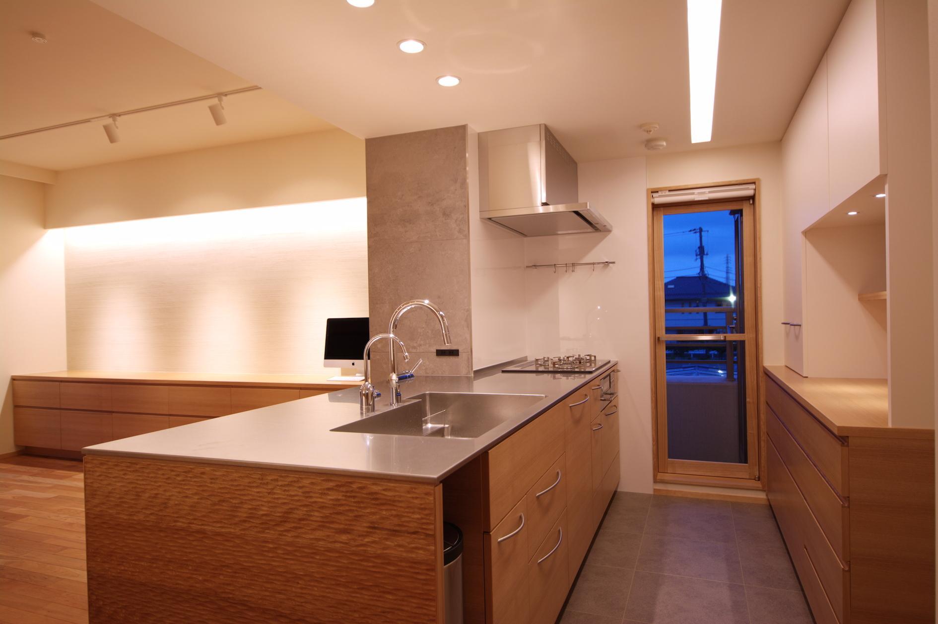 Oさんの大好きなものが集まる大切な場所の部屋 全方位から使えるフラットなキッチン