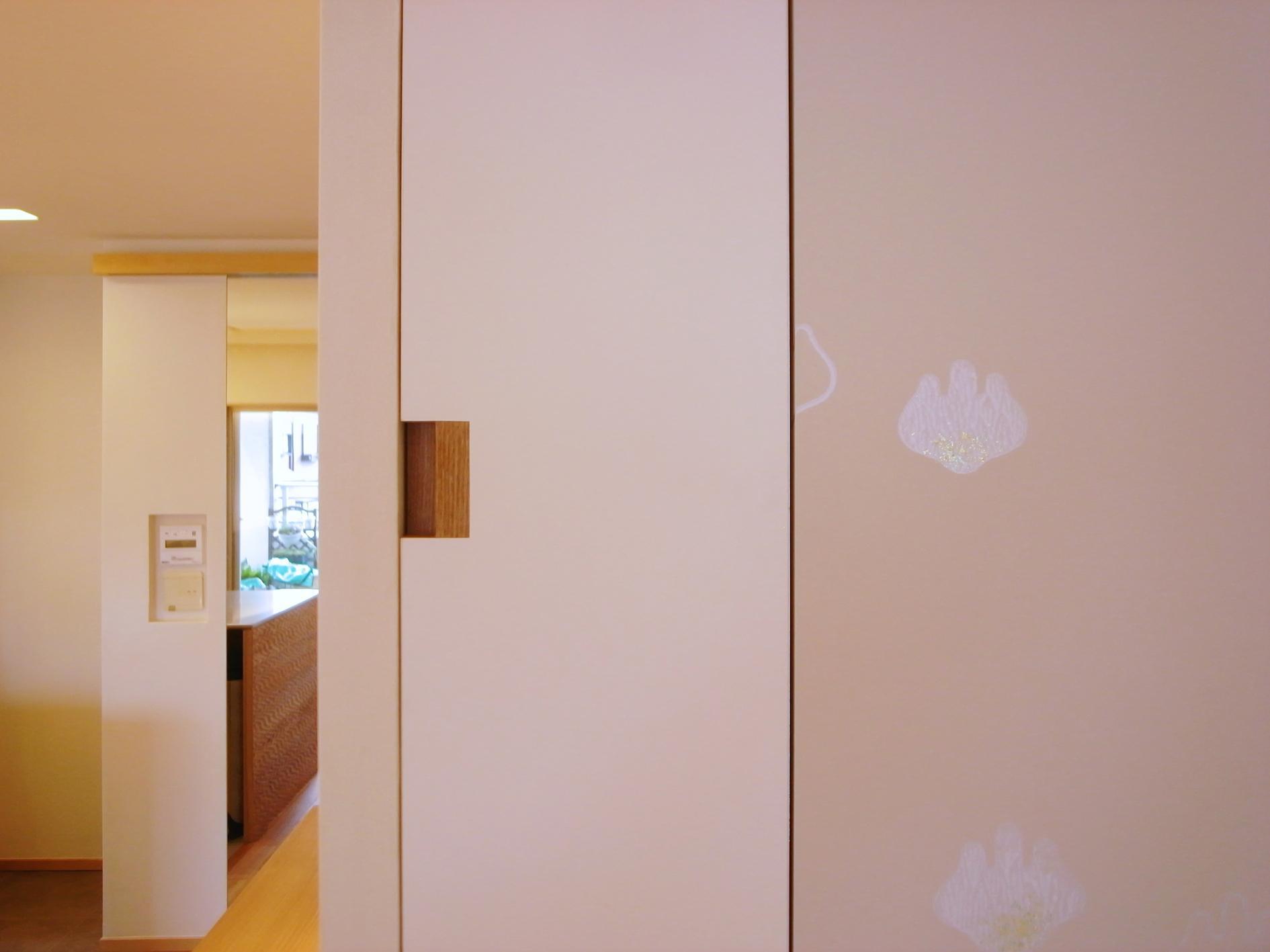 Oさんの大好きなものが集まる大切な場所の部屋 太鼓張りの襖