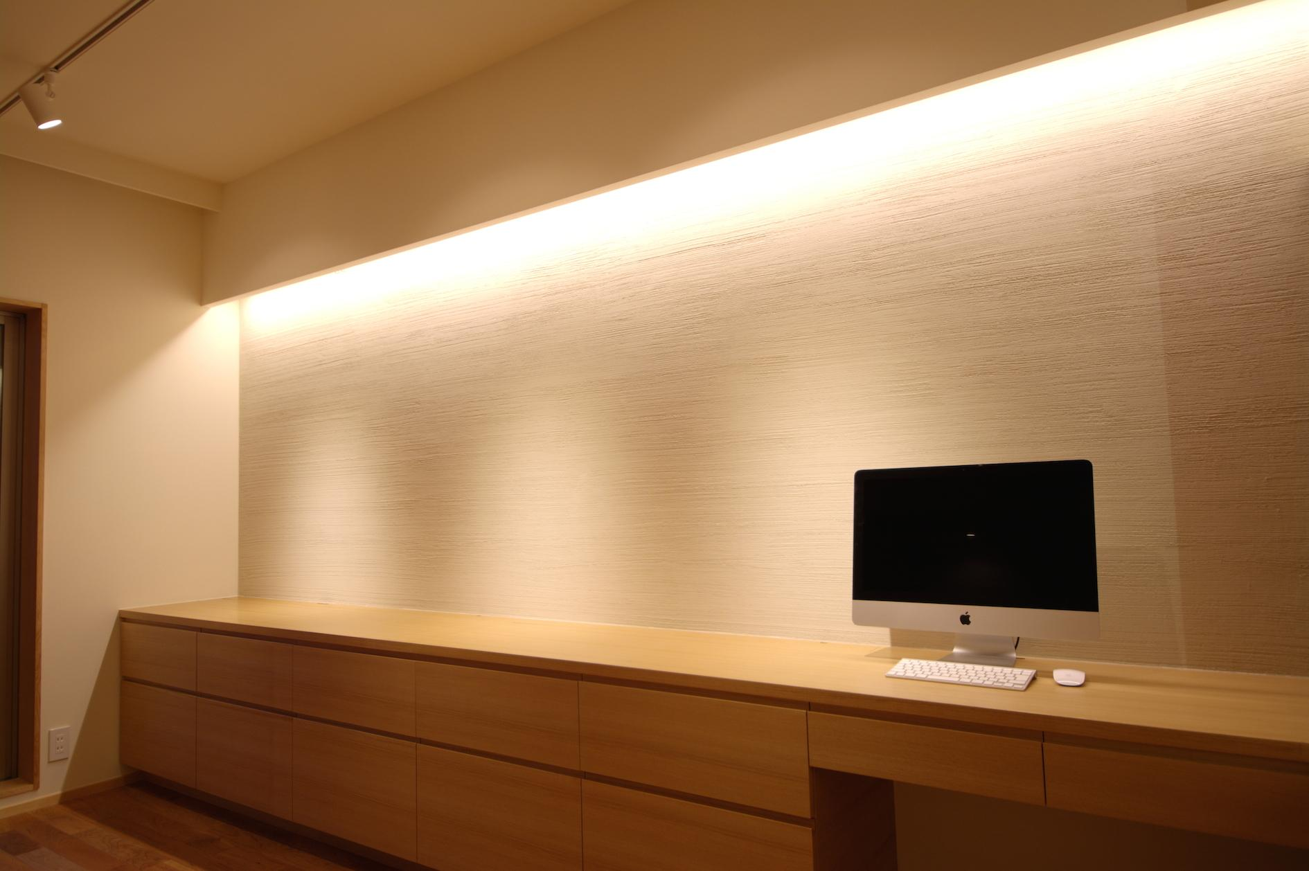 Oさんの大好きなものが集まる大切な場所の部屋 光が上から流れ落ちる間接照明