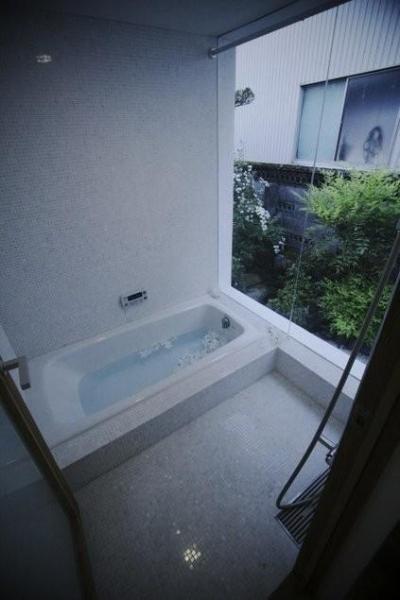 モザイク大理石のバスルーム (古民家再生|久田邸)