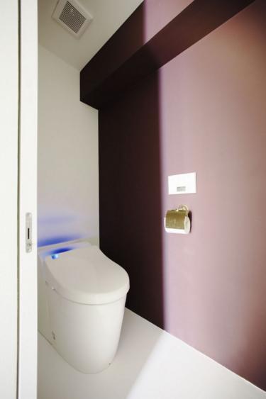 中古マンションリノベーション|Y様邸の写真 壁紙がアクセントカラーのトイレ