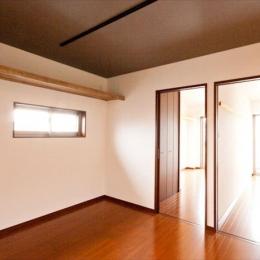Re design I (小さな窓から自然光を感じる寝室)