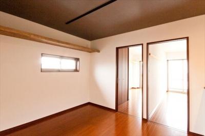 小さな窓から自然光を感じる寝室 (Re design I)