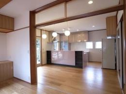 開放的なフラットフロアになったキッチン・DK・和室 (ダイニングキッチン)