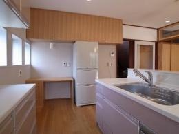 開放的なフラットフロアになったキッチン・DK・和室 (キッチン横)