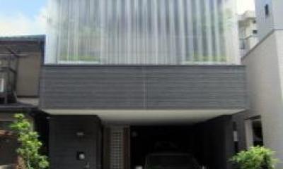 デッキテラスのある狭小地住宅 (プライベートウォールを取り付けた外観)