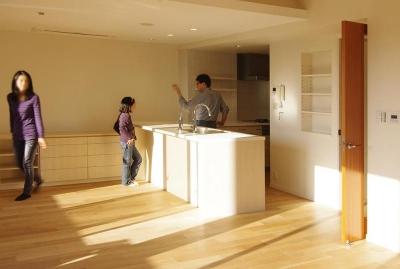 都心の森を臨む ビンテージマンションリフォーム (森の緑を臨むオープンキッチン)