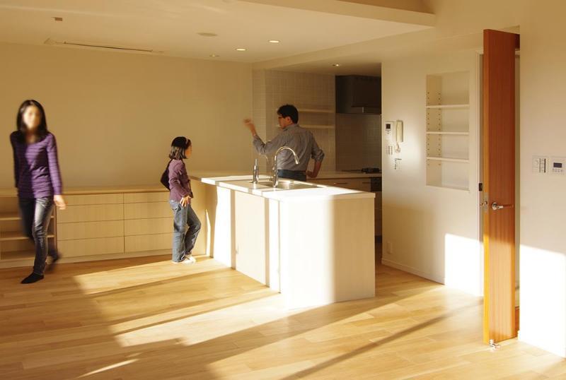 都心の森を臨む ビンテージマンションリフォームの部屋 森の緑を臨むオープンキッチン