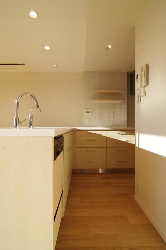 都心の森を臨む ビンテージマンションリフォームの部屋 細かな配慮がなされたL型キッチン