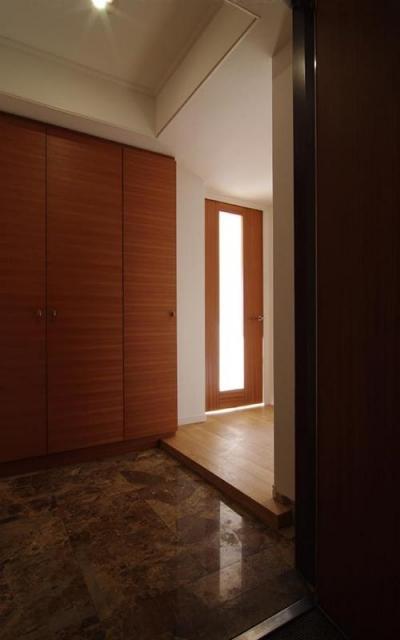 都心の森を臨む ビンテージマンションリフォーム (広々とした玄関)