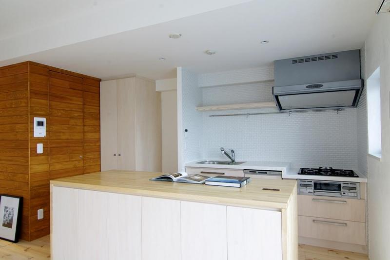 素足がきもちいい家の写真 カウンタートップのあるキッチン