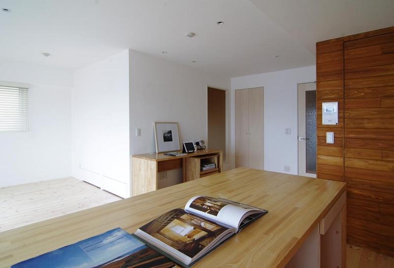 素足がきもちいい家の写真 ワークスペースと和室への小上がりを望む