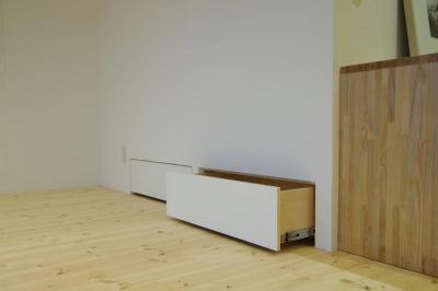 空きスペースを利用した収納エリア (素足がきもちいい家)