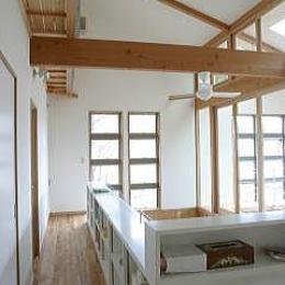 室内温室が楽しい!!土間テラスのある家 (手すりが本棚になっている2階廊下)