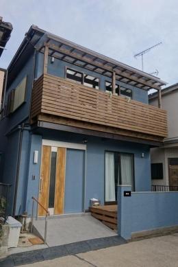 横浜市 リノベーション12 (ベランダのある水色の外観)