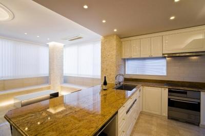 キッチン (天然石をふんだんに使い細部までこだわり抜いた上質空間)