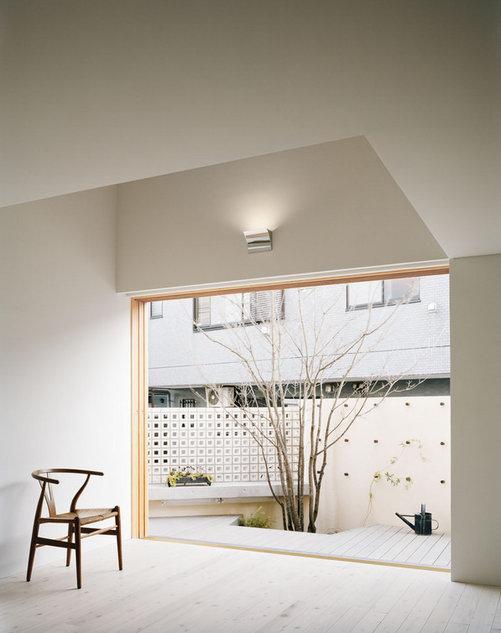 長崎の家の部屋 リビングから中庭を見る