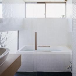 長崎の家 (ガラス張りのタイルのバスルーム)