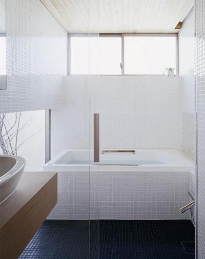 ガラス張りのタイルのバスルーム (長崎の家)