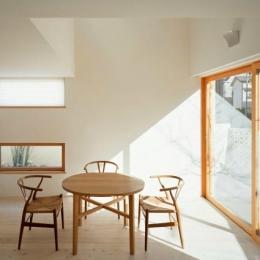長崎の家 (光が差し込む明るいリビング)