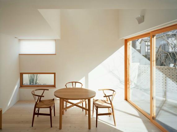長崎の家の部屋 光が差し込む明るいリビング