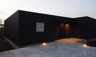 アプローチ夜景|中庭の住宅