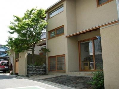 たくさんの下草類や木々に包まれた住宅 (浦和岸町の家)