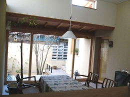 浦和岸町の家 (リビングダイニング 建具向こうが南面の庭)