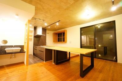 洗練と温かみのあるLDK (キッチンと一体化したテーブルが自然と家族を集わせる)