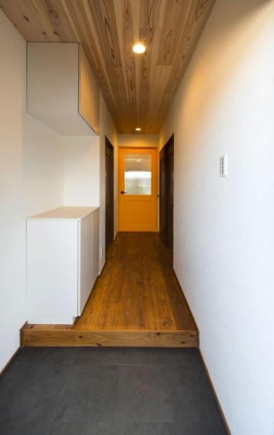 天然無垢材「杉」を感じる暮らし (天井にも杉を使った玄関)